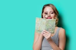 Chica joven con el mapa y la lupa Foto de archivo libre de regalías