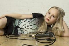 Chica joven con el micrófono Fotografía de archivo libre de regalías