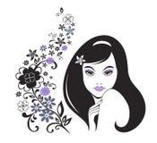 Chica joven con el modelo decorativo de la flor Foto de archivo
