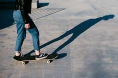 Chica joven con el monopatín al aire libre Skatebord en la ciudad, calle Tenager fresco, divertido Foto de archivo