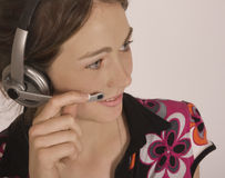 Chica joven con el oído/el pedazo de boca Imagenes de archivo