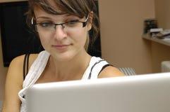 Chica joven con el ordenador Imagen de archivo