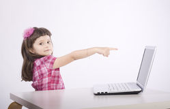 Chica joven con el ordenador Fotografía de archivo