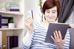 Chica joven con el ordenador de la tableta Imágenes de archivo libres de regalías