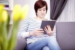 Chica joven con el ordenador de la tableta Fotografía de archivo
