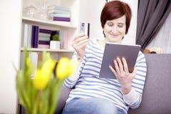 Chica joven con el ordenador de la tableta Fotografía de archivo libre de regalías