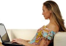 Chica joven con el ordenador portátil Imagen de archivo libre de regalías