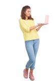 Chica joven con el ordenador portátil Fotografía de archivo libre de regalías