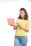 Chica joven con el ordenador portátil Imágenes de archivo libres de regalías