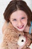 Chica joven con el oso de peluche Imagenes de archivo