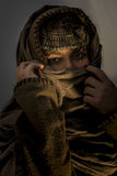 Chica joven con el pañuelo, la capilla y la joyería en su cabeza Foto de archivo