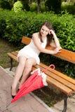 Chica joven con el paraguas en parque Foto de archivo libre de regalías