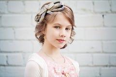 Chica joven con el peinado del baile de fin de curso al aire libre Imagen de archivo libre de regalías