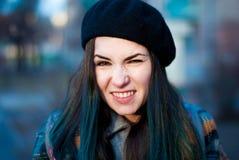 Chica joven con el pelo azul en una boina Foto de archivo libre de regalías