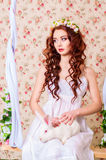Chica joven con el pelo largo con el conejo blanco Foto de archivo libre de regalías