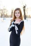 Chica joven con el pelo largo en vestido negro Fotos de archivo