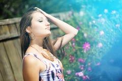 Chica joven con el pelo largo que sueña en verano Foto de archivo