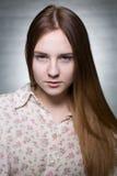 Chica joven con el pelo marrón Foto de archivo