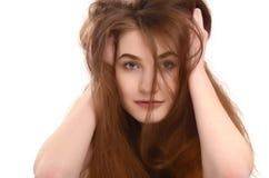 Chica joven con el pelo marrón largo sucio. Foto de archivo