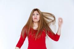 Chica joven con el pelo sano marrón largo en rojo Imágenes de archivo libres de regalías