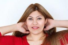 Chica joven con el pelo sano marrón largo y los ojos verdes Imagenes de archivo