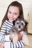 Chica joven con el perrito Fotografía de archivo libre de regalías