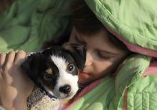 Chica joven con el perrito Fotos de archivo libres de regalías