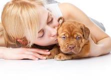 Chica joven con el perrito de Dogue de Bordeaux Foto de archivo