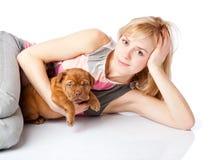 Chica joven con el perrito de Dogue de Bordeaux Fotos de archivo libres de regalías
