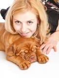Chica joven con el perrito de Dogue de Bordeaux Imagen de archivo