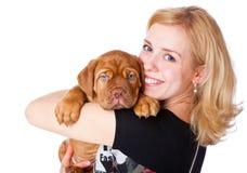 Chica joven con el perrito de Dogue de Bordeaux Imagenes de archivo