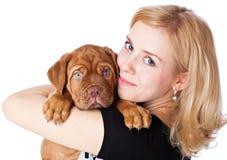 Chica joven con el perrito de Dogue de Bordeaux Fotografía de archivo