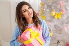 Chica joven con el presente Foto de archivo libre de regalías
