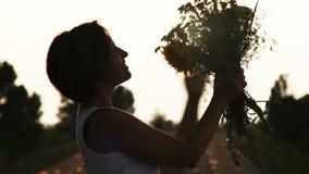 Chica joven con el ramo de wildflowers metrajes