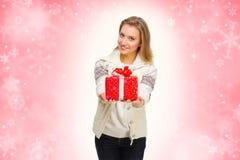Chica joven con el rectángulo de regalo Imagen de archivo