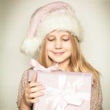 Chica joven con el regalo de la Navidad Imagen de archivo libre de regalías