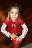 Chica joven con el regalo de Navidad Imágenes de archivo libres de regalías
