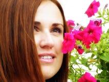 Retrato de la sensualidad de la flor de la chica joven al aire libre Fotos de archivo