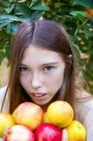 Chica joven con el retrato de las manzanas fotografía de archivo