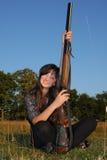Chica joven con el rifle Imagen de archivo libre de regalías