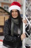 Chica joven con el sombrero de Papá Noel Imagen de archivo