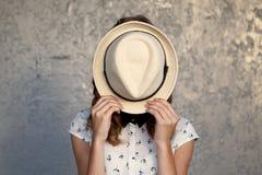 Chica joven con el sombrero Oculta su cara depresión Fotografía de archivo