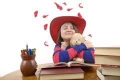 Chica joven con el sombrero rojo que ama su oso de peluche aislado Fotos de archivo