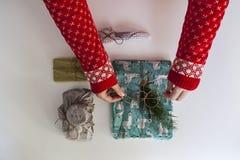 Chica joven con el suéter de la Navidad imagen de archivo