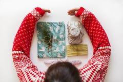 Chica joven con el suéter de la Navidad imagen de archivo libre de regalías