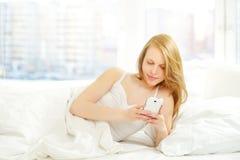 Chica joven con el teléfono Imagen de archivo libre de regalías
