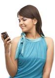 Chica joven con el teléfono celular Fotografía de archivo
