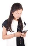 Chica joven con el teléfono elegante Foto de archivo libre de regalías