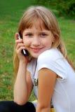 Chica joven con el teléfono móvil Foto de archivo