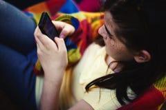 Chica joven con el teléfono móvil Fotos de archivo libres de regalías
